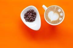 Latte chaud Art Heart de café sur la couleur image stock