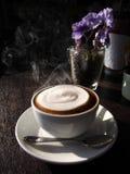 Latte chaud avec du lait de mousse photographie stock libre de droits