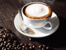 Latte chaud avec du lait de mousse photographie stock