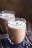 Latte chaud avec la lavande photographie stock libre de droits