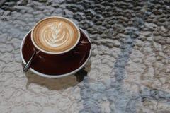 Latte chaud de café avec le bel art de latte sur le verre en céramique dans le lo Photographie stock