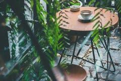 Latte chaud sur la table, extérieure photographie stock