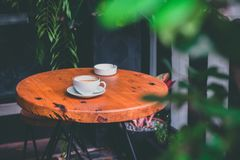 Latte chaud sur la table, extérieure photo stock