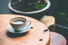 Latte chaud sur la table, extérieure photo libre de droits