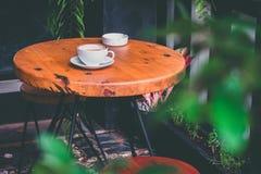 Latte chaud sur la table, extérieure image stock