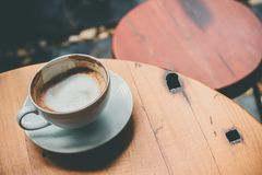 Latte chaud sur la table, extérieure photos stock
