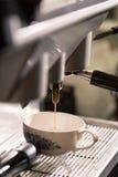 Latte che versa dalla macchina del caffè Immagini Stock Libere da Diritti