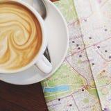 Latte con el mapa Imagenes de archivo