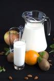 Latte con la menta arancio del kiwi della mela delle mandorle Immagine Stock Libera da Diritti