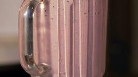 Latte con le bacche, Mo lento della miscela del miscelatore Primo piano stock footage