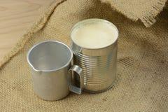 Latte condensato e retro tazza di misurazione fotografie stock libere da diritti