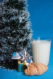 Latte, croissants, ricordo vicino all'albero di natale Fotografia Stock