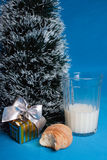 Latte, croissants, ricordo vicino all'albero di natale Fotografie Stock