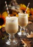 Latte d'épice de potiron avec de la crème et le caramel fouettés images libres de droits