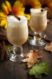 Latte d'épice de potiron avec de la crème et le caramel fouettés image libre de droits