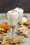 Latte d'épice de potiron avec des épices, des biscuits faits maison et l'automne décembre Photographie stock libre de droits
