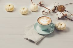 Latte d'épice de potiron Tasse de café sur le fond en bois blanc photographie stock