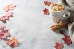 Latte d'épice de potirons avec des potirons photos stock