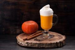 Latte d'épice de smoothie de potiron photographie stock libre de droits