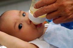 Latte d'alimentazione del bambino Immagine Stock