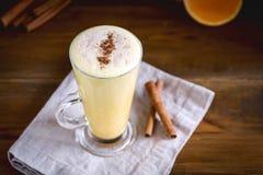 Latte da abóbora com especiarias Anise Cinnamon Sticks Tasty Latte com fundo de madeira do chantiliy acima foto de stock royalty free