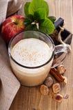 Latte da torta de Apple com canela e xarope fotografia de stock royalty free