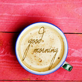 Latte da xícara de café, cappuccino em uma tabela de madeira cor-de-rosa Exprime bom Fotografia de Stock Royalty Free