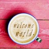 Latte da xícara de café, cappuccino em uma tabela de madeira cor-de-rosa Exprime o welc Foto de Stock