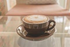Latte da xícara de café na tabela na cafetaria, efeito do filtro do vintage Fotos de Stock Royalty Free