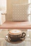 Latte da xícara de café na tabela na cafetaria, efeito do filtro do vintage Fotografia de Stock