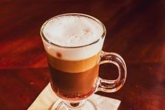 Latte dans un restaurant, à une pause-café photographie stock libre de droits