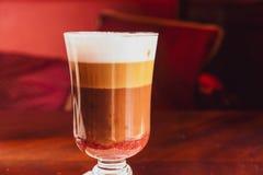 Latte dans un restaurant, à une pause-café photos stock