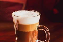 Latte dans un restaurant, à une pause-café images libres de droits