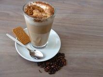 Latte de café avec de la cannelle et le biscuit Photos stock