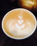 Latte de café avec des coeurs dans la mousse Image stock