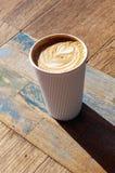 Latte de café avec la conception de coeur dans la tasse de café rayée blanche photographie stock libre de droits