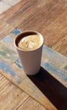 Latte de café avec la conception de coeur dans la tasse de café rayée blanche photo stock