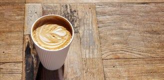 Latte de café avec la conception de coeur dans la tasse de café rayée blanche photo libre de droits