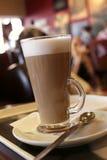 Latte de café dans une glace grande, fond de café images stock