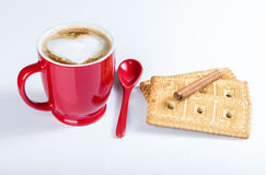 Latte de café, expresso avec une photo du coeur, biscuits, cannelle Photos stock