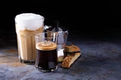Latte de café, expresso noir et café viennois photographie stock
