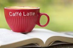 Latte de café sur la pause-café photographie stock