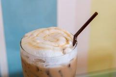 Latte de caramel de glace sur la table Images libres de droits