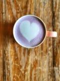 Latte de coeur d'amour sur le lait de taro Délicieux pourpre Photo libre de droits