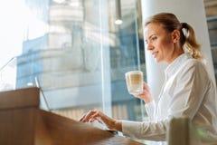 Latte de femme et Web potables inspirés de lecture rapide en café Photos libres de droits