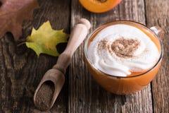 Latte de la especia de la calabaza con crema azotada Foto de archivo libre de regalías