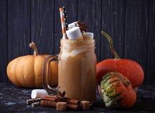 Latte de la especia de la calabaza de Halloween imagen de archivo libre de regalías