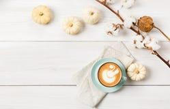 Latte de la especia de la calabaza Opinión superior del café sobre el fondo de madera blanco imagen de archivo libre de regalías