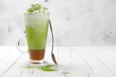 Latte de Matcha avec le caramel salé en verre grand image stock