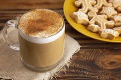 Latte de pain d'épice dans une tasse claire avec des biscuits du côté photo stock